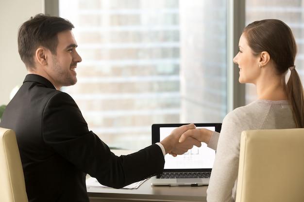 Felicitando al cliente con la aprobación del préstamo de vivienda