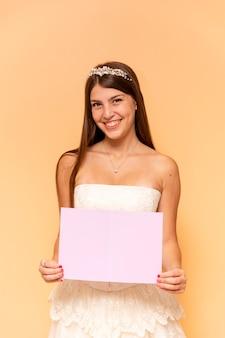 Feliz adolescente sosteniendo una tarjeta vacía
