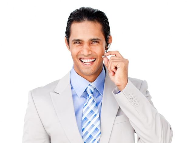 Feliz agente de servicio al cliente con auriculares en