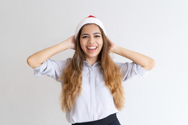 Feliz alegre niña lista para la fiesta de navidad