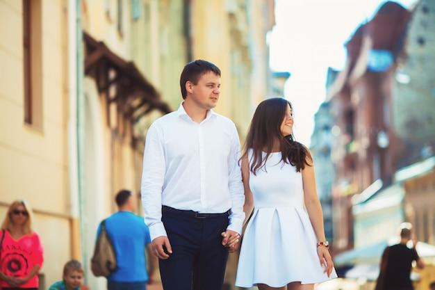 Feliz en el amor joven pareja caminando en la ciudad de lviv buscando