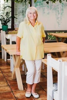 Feliz anciana en café