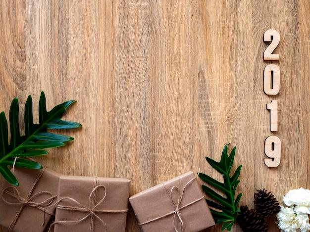 Feliz año nuevo 2019 decorativa con caja regalo en madera.