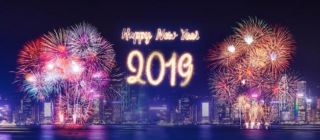 Feliz año nuevo 2019 fuegos artificiales sobre el paisaje urbano