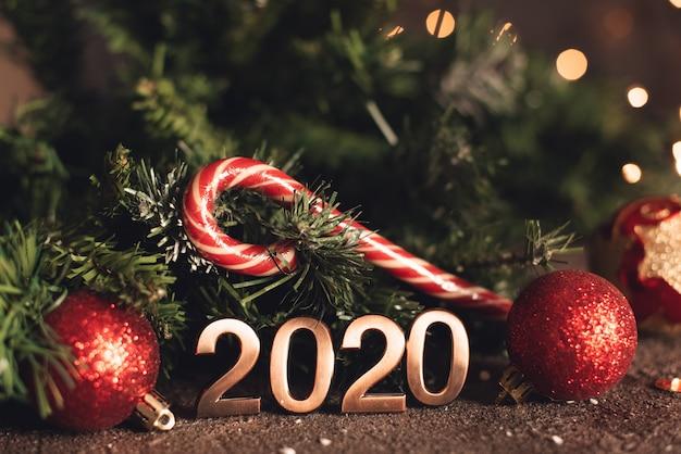 Feliz año nuevo 2020 con decoración navideña