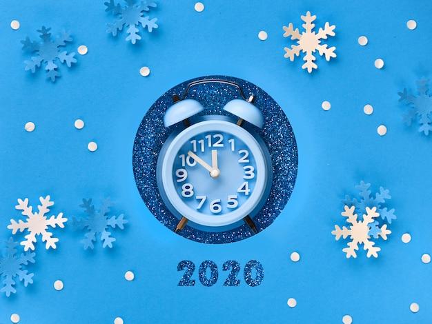 ¡feliz año nuevo 2020! despertador en agujero de papel