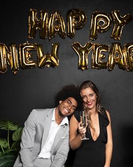 Feliz año nuevo 2020 globos con linda pareja
