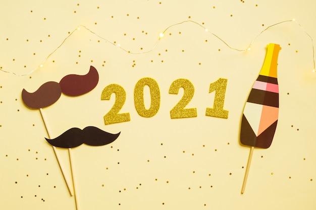 Feliz año nuevo 2021 celebración. número de oro 2021 y fotomatón y estrellas.