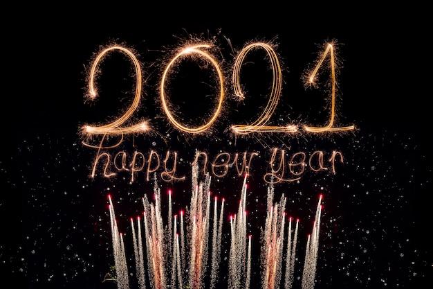 Feliz año nuevo 2021. texto ardiente chispeante feliz año nuevo 2021 aislado sobre fondo negro.