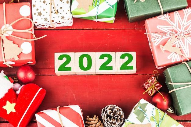 Feliz año nuevo 2022 navidad 2022 regalos de navidad colocados en un ambiente festivo