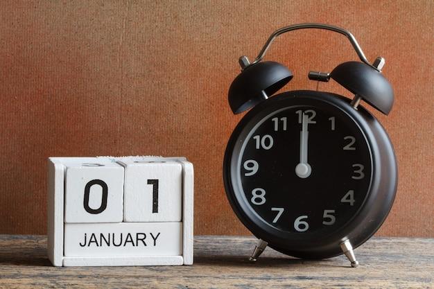 Feliz año nuevo por calendario de madera y despertador