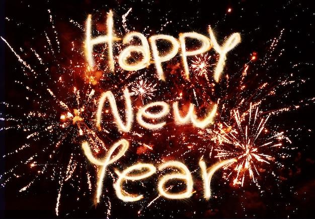 Feliz año nuevo con coloridos fuegos artificiales