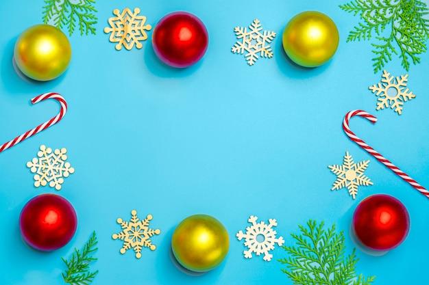 Feliz año nuevo composición laica plana, lugar para el texto decoración de navidad sobre fondo azul