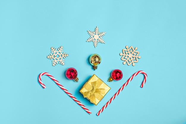 Feliz año nuevo, composición en plano, lugar para el texto decoración navideña en color azul centrico