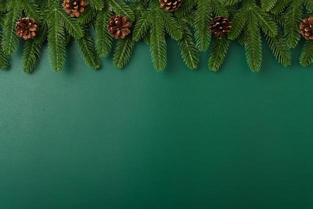Feliz año nuevo, concepto de día de navidad vista superior plana endecha ramas de abeto y decoración