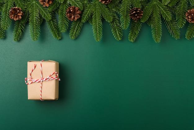 Feliz año nuevo, concepto de día de navidad vista superior ramas de abeto endecha plana, caja de regalo y decoración