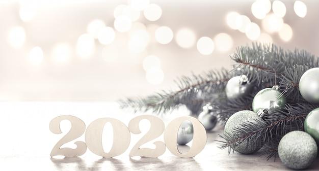 Feliz año nuevo festivo con árbol de navidad y bolas de navidad.