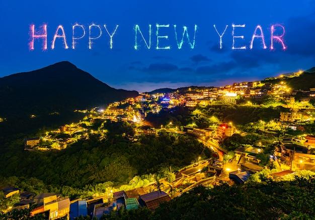 Feliz año nuevo fuegos artificiales sobre la ciudad vieja calle de jiufen en la noche, taiwán