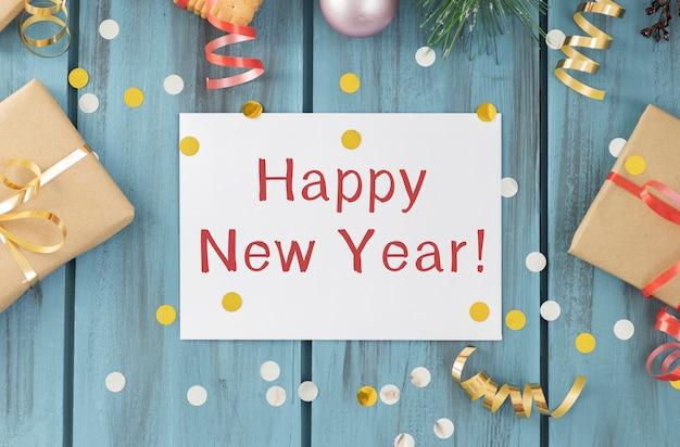 Feliz año nuevo se muestra en una caja de luz vintage con decoración para la víspera de año nuevo, imagen conceptual