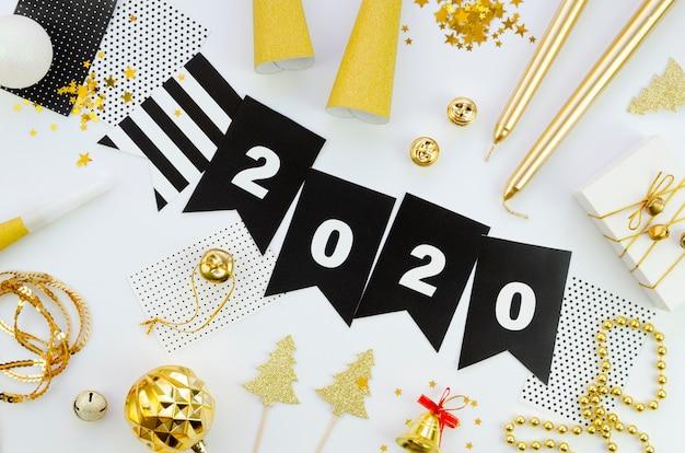 Feliz año nuevo con números 2020 y accesorios.