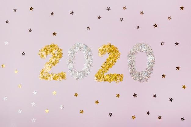 Feliz año nuevo con números 2020 con estrellas doradas