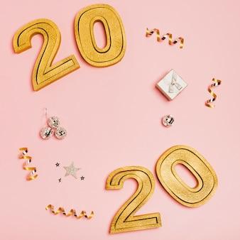 Feliz año nuevo con números 2020 sobre fondo rosa