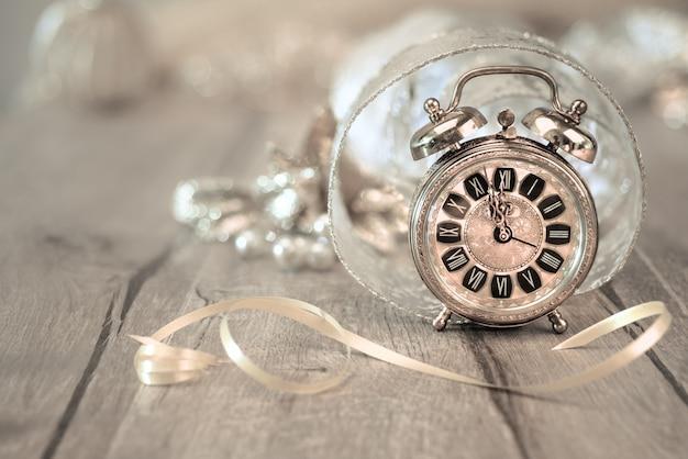 ¡feliz año nuevo! tarjeta de felicitación con reloj despertador vintage