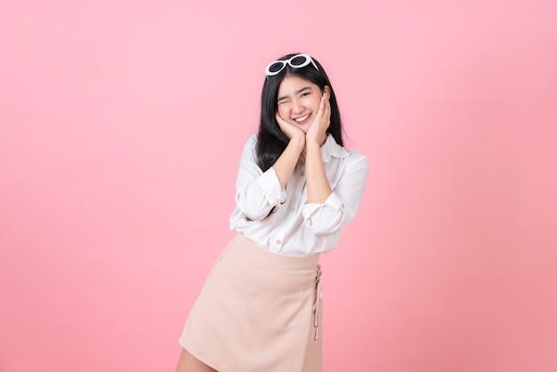 Feliz atractivo joven asiática soporte
