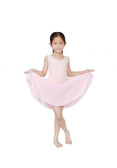 Feliz bailarina asiática bailarina en falda rosa tutú