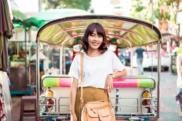 Feliz y bella mujer asiática viajando en khao sarn road, tailandia
