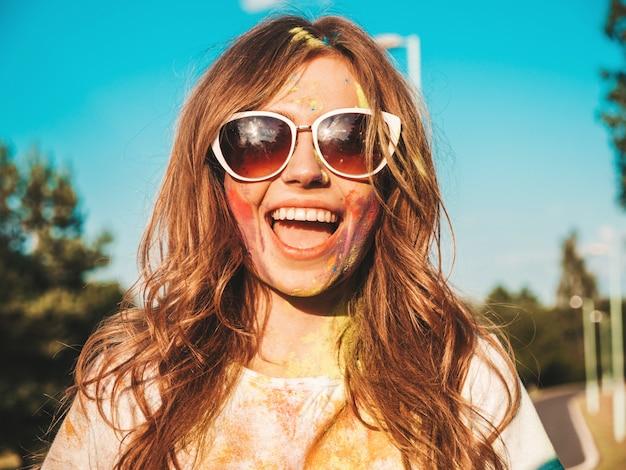 Feliz bella mujer después de la fiesta en el festival de colores holi