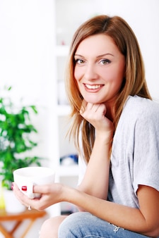 Feliz bella mujer relajante y sonriente