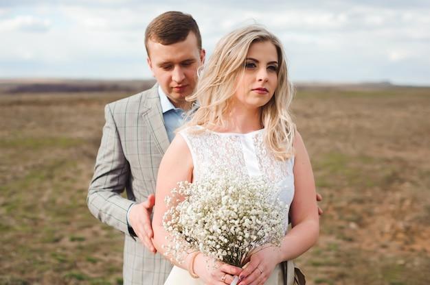 Feliz caminando la hermosa pareja de boda al aire libre