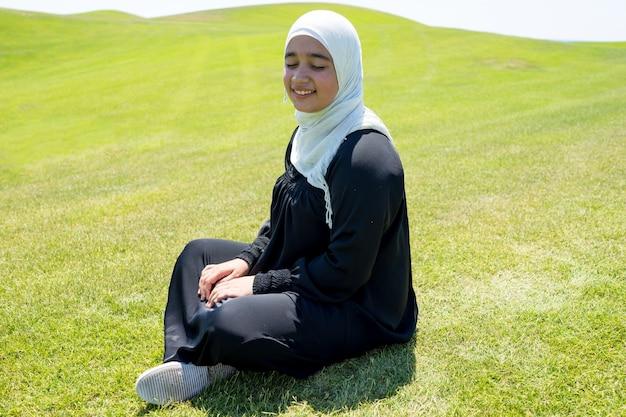 Feliz chica musulmana árabe en la hermosa naturaleza
