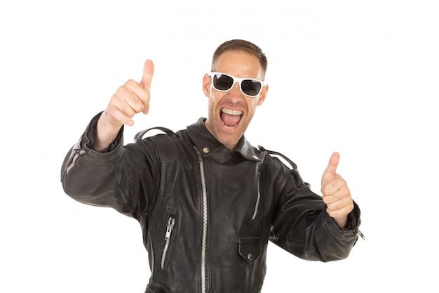 Feliz chico genial con chaqueta de cuero y gafas de sol