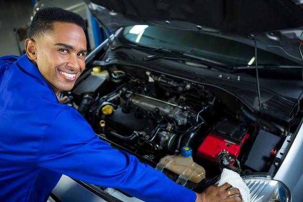 Feliz coche de mantenimiento del mecánico
