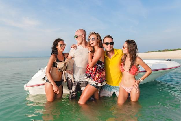 Feliz compañía de amigos en vacaciones tropicales de verano en tailandia viajando en barco en el mar, fiesta en la playa, gente divirtiéndose juntos, emociones positivas de hombres y mujeres