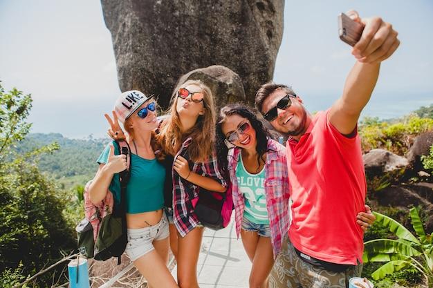 Feliz compañía hipster de amigos viajando por el mundo.