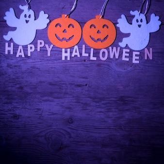 Feliz composición de halloween sobre fondo morado