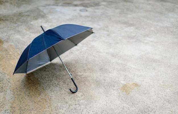 Feliz concepto de día lluvioso. paraguas negro en el camino, vista desde arriba