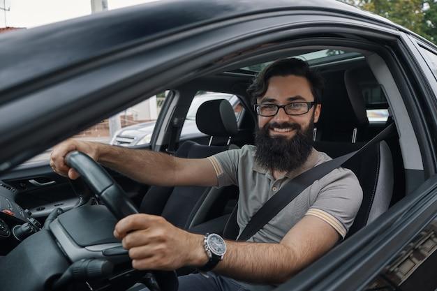 Feliz conductor de automóvil con cinturón de seguridad abrochado