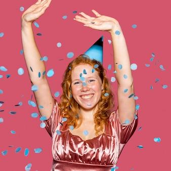 Feliz cumpleañera lanzando confeti