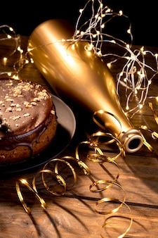 Feliz cumpleaños fiesta objetos en mesa