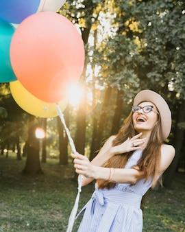 Feliz cumpleaños mujer sosteniendo globos