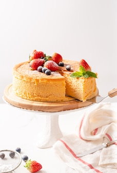 Feliz cumpleaños pastel de queso de fruta fresca con feliz cumpleaños en concepto de pastel con pastel de fresa kiwi. concepto de comida.