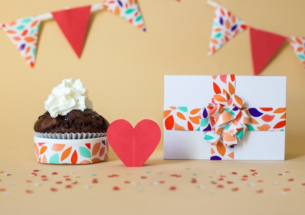 Feliz cumpleaños con pastel y regalo