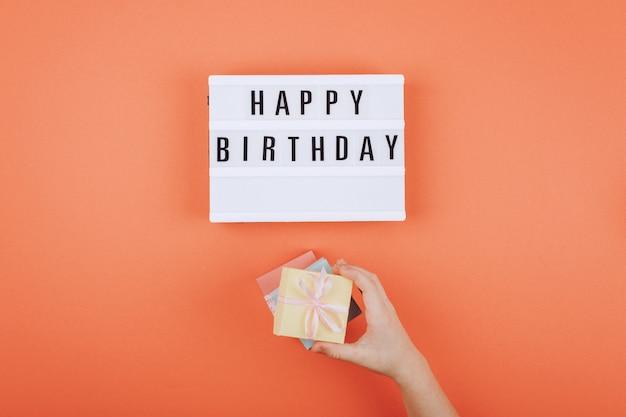 Feliz cumpleaños regalo plano pone fondo
