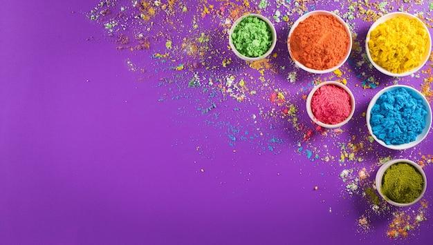 Feliz decoración del festival de holi vista superior del colorido polvo de holi