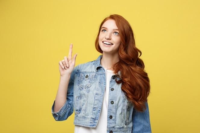 Feliz dedo de la muchacha turística cuacaisan emocionado apuntando en el espacio de la copia