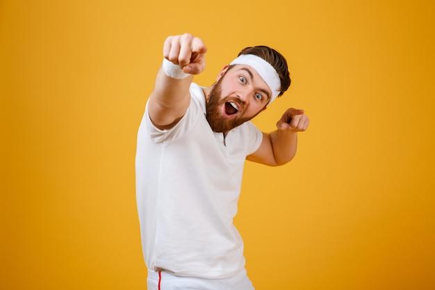 Feliz deportista gritando apuntando a la cámara
